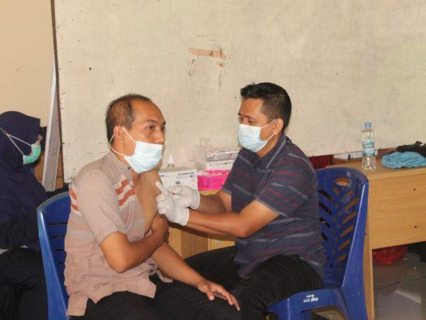Mahasiswa, Dosen dan Pegawai IAIS Sambas ikut Vaksinasi Lintas Agama